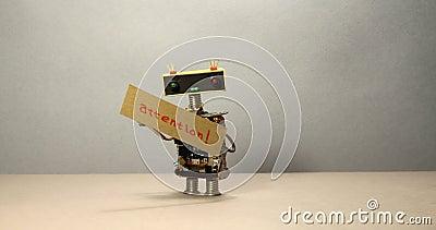 Der Roboter versucht, Aufmerksamkeit zu erregen und auf das wichtige sich zu konzentrieren Ein kluger Spielzeugroboter, der seine stock footage