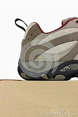 Der Schuh, der oben von nah ist, heilen auf einem Schuhkasten