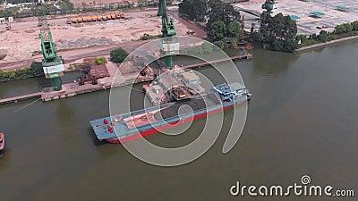 Der Schwerpunkt liegt auf einem großen Frachtschiff, das am Hafen festgemacht ist stock footage