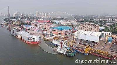 Der Schwerpunkt liegt auf einem kleinen Frachtdock mit festgefahrenen Schlepper und Frachtschiffen. stock video