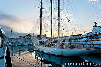 Der Sonnenuntergang im Hafen