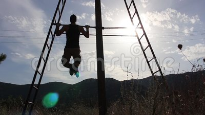 Der starke Mann, der Zug tut, Ups unter den Sun stock video