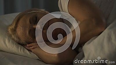 Der von mittlerem Alter lächelndes Schlafen Frau mit solidem Schlaf, glaubender Ruhe und Glück stock footage