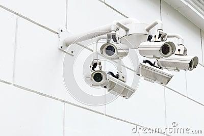 An der Wand befestigte Überwachungskamera
