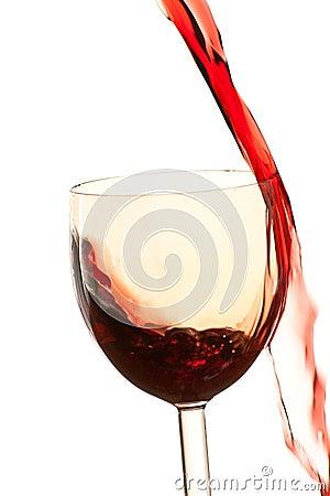 Derrame o vinho no vidro em um fundo branco