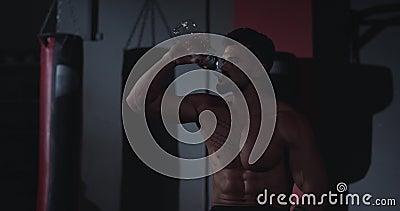 Dertig geschikte lichaamshandel na een kruis die wat water drinkt uit een plastic fles stock footage