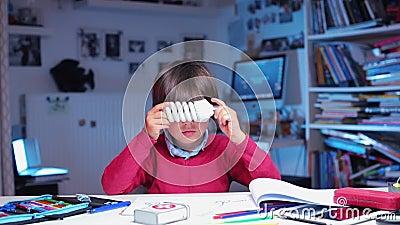 Des études de garçons, considère une ampoule économe en énergie banque de vidéos