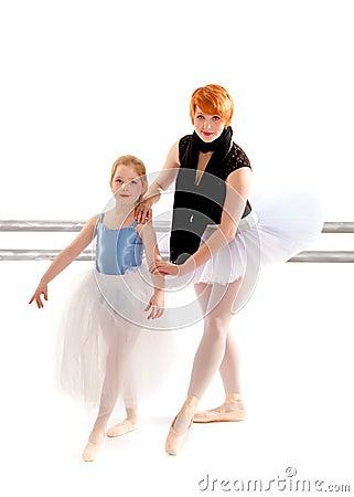 胸罩的超漂亮老师����_芭蕾学生在口岸des有她的芭蕾老师的胸罩胳膊工作.