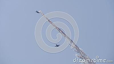 Des avions supersoniques dans le ciel bleu font de l'aérobie L'avion libère des feux d'artifice banque de vidéos