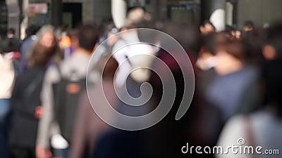 Des Blurry People à Tokyo, au Japon Les gens marchent sur le trottoir aux heures de pointe Une vidéo parfaite pour l'arrière-plan clips vidéos