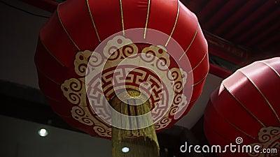 Des boules chinoises accrochées dans une rue à l'entrée d'un restaurant de Pékin banque de vidéos