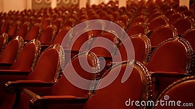 Des fauteuils rouges dans une ancienne pièce banque de vidéos