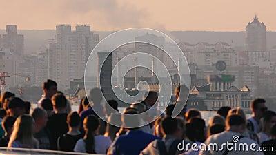 Des gens marchant sur un pont de ville à pied banque de vidéos