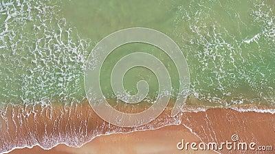 Des images aériennes de 4k de petites vagues s'écrasant à Miami Beach banque de vidéos