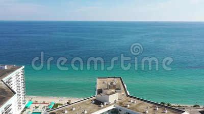 Des images aériennes de 4 000 mètres vers la plage vierge de Miami Beach banque de vidéos