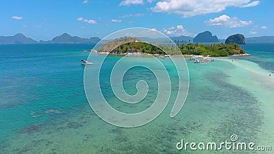 Des images aériennes survolent Snake Island, Sandbar et lagon à l'eau turquoise à El Nido, Palawan banque de vidéos