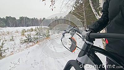 Des lunettes accrochées sur les guidons de bicyclette VTT sportif extrême professionnel en plein air Cycliste banque de vidéos