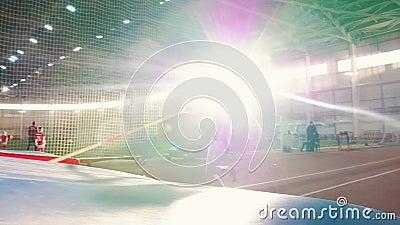 Des voûtes en pôle à l'intérieur - une jeune femme aux leggins gris sautant au-dessus d'un bar avec un poteau banque de vidéos