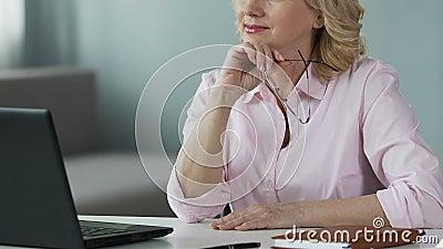 Des von mittlerem Alter Beratungsleute Psychologen online, unter Verwendung des Laptops zu Hause, Karriere stock video footage