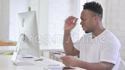 Desapontado Casual Africano Reagindo à Falha no Pagamento Online filme