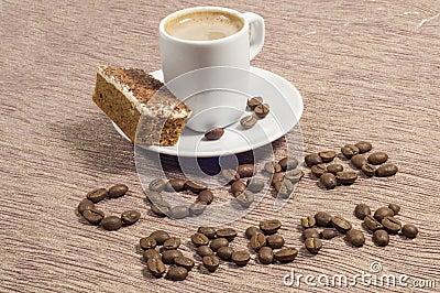 Descanso para tomar café escrito en granos de café