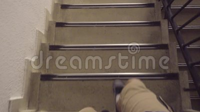 Descida em uma escada vídeos de arquivo