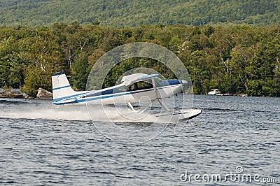 Descolagem do plano ou do hidroavião do flutuador