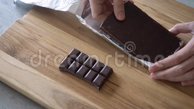 Desembalando a barra de chocolate video estoque