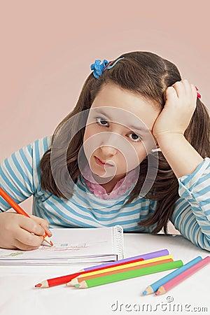 Desenho triste da menina com lápis da cor