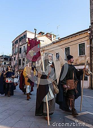 Desfile de caracteres medievales Fotografía editorial