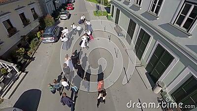 Desfile de la boda a través de la ciudad almacen de video