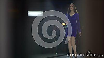 Desfile de moda Podio de la moda, muchachas modelo superiores femeninas de las mujeres en los vestidos elegantes del diseñador qu metrajes