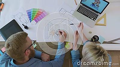 Designer de interiores da vista superior que trabalham no esboço interior video estoque