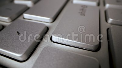 Deslizando sobre o teclado do computador pressione a tecla enter vídeos de arquivo
