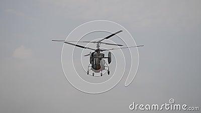 Despegue del helicóptero desde el suelo metrajes