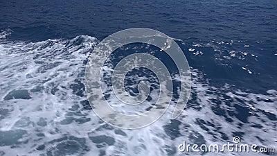Despertar barco de barco de travesía en barco, olas de espuma viajan a la playa almacen de video