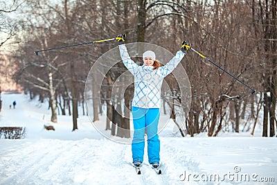 Desportista da mulher no esqui transversal