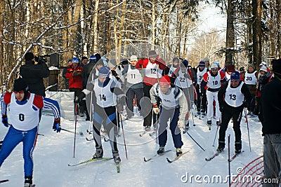 Desportistas funcionados em esquis Fotografia Editorial