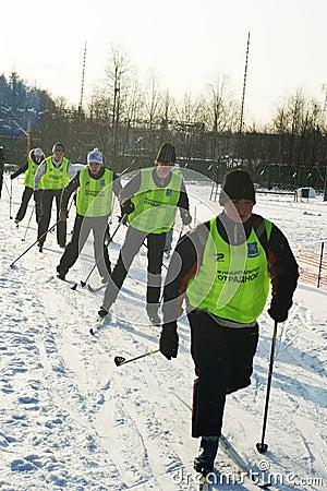 Desportistas novos funcionados em esquis Fotografia Editorial