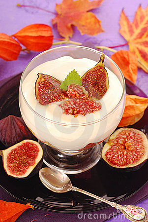 Dessert with panna cotta and figs