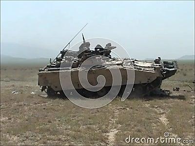 Destruindo um veículo blindado com um tanque CV90 em Afeganistão video estoque