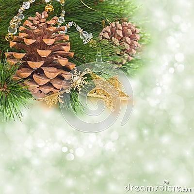 Det Chrismas trädet och sörjer kottar