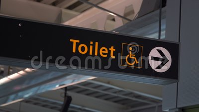 Det offentliga toaletttecknet med en handikappade personer tar fram symbol stock video