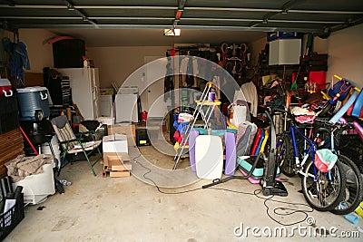 Det smutsiga övergivna fulla garage stoppar