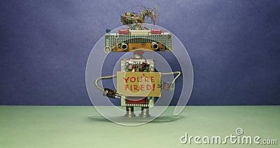 Det viktigaste robotframstickandet avfärdar personaler Robothuvudet ser i olika riktningar och visar en papp lager videofilmer