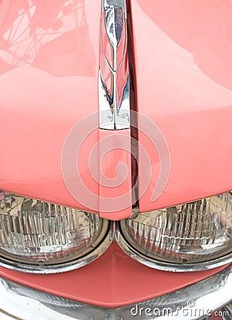 Detalhe cor-de-rosa do carro dos anos sessenta