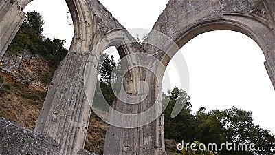 Detalhes exteriores arruinados de convento de Beaumont le Roger, Normandy França, BANDEJA vídeos de arquivo