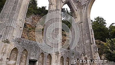 Detalhes exteriores arruinados de convento de Beaumont le Roger, Normandy França, INCLINAÇÃO video estoque