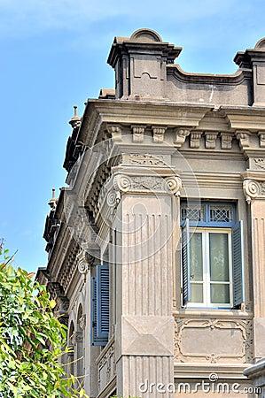 Detaljen av klassisk byggnad med utsökt snider