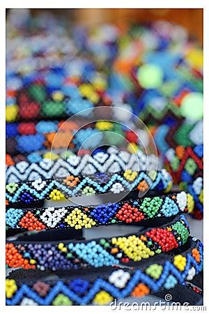 Detaljerad marknad för afrikanskt beadworkhantverk